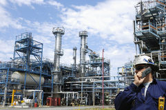Große chemische Industrie mit Arbeitskräften Stockbild