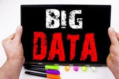 Große Daten simsen geschrieben auf Tablette, Computer im Büro mit Markierung, Stift, Briefpapier Geschäftskonzept für Speichernet Lizenzfreie Stockfotografie