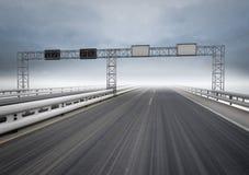 Große Datenbahn für Drehzahlverkehr mit blauem Himmel stockfoto