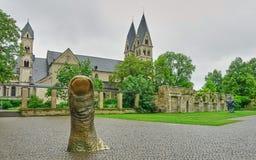 Große Daumen-Kunst steht vom Bürgersteig in Deutschland hervor stockbilder