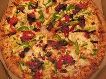 Große deluxe rasierte Rindfleisch-Pizza Stockfotos