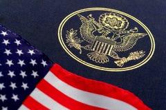 Große Dichtung der Vereinigten Staaten und der amerikanischen Flagge Stockfotos
