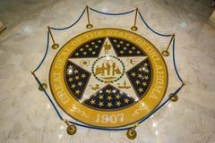 Große Dichtung des Staates von Oklahoma auf dem Marmorboden des Zustands-Kapitols von Oklahoma in Oklahoma City, OKAY lizenzfreie stockfotografie