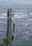 Große drahtlose Telekommunikationsantenne über der Metropole Stockbilder