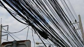Große dunkle Wolke der elektrischen Verdrahtung auf der Straße von Thailand Funktionen von Asien Viele Drähte über den Köpfen von stock video