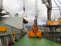 Große Eimer für Hafenlader Dreglayner, hydraulisch und Kabel stockbild