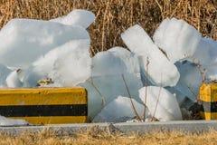 Große Eisblöcke auf dem Boden Lizenzfreies Stockfoto