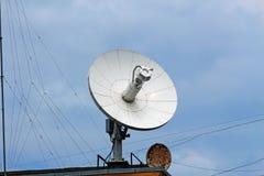 Große Eisensatellitenschüssel und ein kleines rostiges Stockfoto