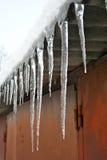 Große Eiszapfen auf dem Dach der Garage Stockfoto