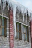 Große Eiszapfen, die am Dach hängen lizenzfreies stockfoto