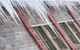 Große Eiszapfen, die am Dach hängen stockfoto