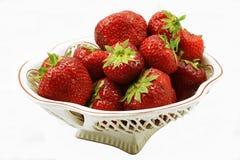 Große Erdbeere in einem Vase auf einem weißen Hintergrund Stockfotos