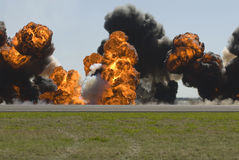 Große Explosion auf Flughafenlaufbahn Stockbilder
