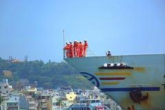 Große Fähre verlässt Kaohsiungs-Hafen Stockbild