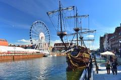 Große Fähren drehen sich und eine galeon Replik in Gdansk lizenzfreie stockfotos