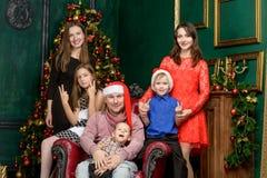 Große Familie der großen Familie auf Weihnachtsabend Lizenzfreie Stockfotos