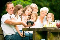 Große Familie, die für ein Gruppenfoto aufwirft Lizenzfreie Stockfotos