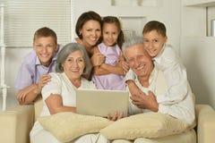 Große Familie, die im Hauptinnenraum aufwirft Lizenzfreie Stockfotos