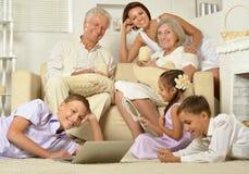 Große Familie, die im Hauptinnenraum aufwirft Stockfotos