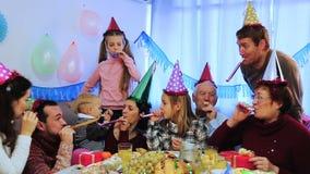 Große Familie, die Kind-` s Geburtstag feiert stock video