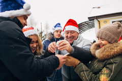 Große Familie, die neues Jahr und Weihnachten feiert Lizenzfreie Stockfotografie
