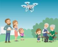Große Familie mit Muttervatergroßmuttergroßvaterkinderbaby-Kindersatz Brummen im Park quadrocopter Vektor Stockfotos
