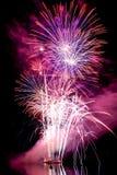 Große Farbgroße Feuerwerke über dem Wasser Lizenzfreies Stockfoto