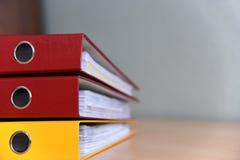 Große Farbordner für Dokumente auf dem Tisch im Büro, Nahaufnahme, Kopienraum stockbilder