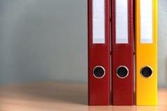 Große Farbordner für Dokumente auf dem Tisch im Büro, Nahaufnahme, Kopienraum stockfotos