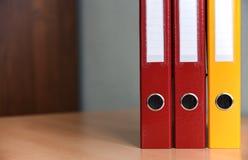 Große Farbordner für Dokumente auf dem Tisch im Büro, Nahaufnahme, Kopienraum lizenzfreies stockfoto