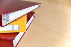 Große Farbordner für Dokumente auf dem Tisch im Büro, Nahaufnahme, Kopienraum lizenzfreie stockfotos