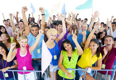 Große feiernde Gruppe von Personen Lizenzfreies Stockfoto