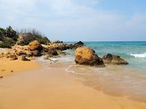 Große Felsen auf der Küste von gozo stockfotografie