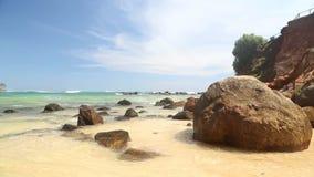 Große Felsen auf schönem sandigem Strand in Sri Lanka stock video