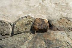 Große Felsen in der alten Wand als Hintergrund stockfoto