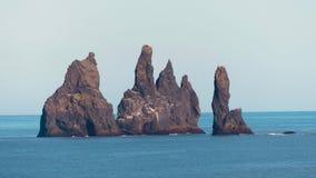Große Felsen Reynisdrangar nahe durch VÃk lizenzfreie stockbilder