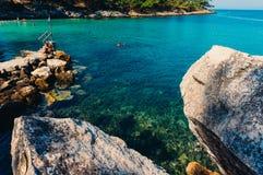 Große Felsen und TürkisMeerwasser Stockbild