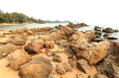 Große Felsenküstenlinie mit den Wellen, die Meer zerschmettern Lizenzfreies Stockfoto