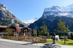 Große felsige Berge und Spielplatz stockbild