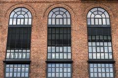 Große Fenster auf Backsteinmauer Lizenzfreie Stockfotografie