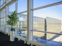 Große Fenster, die den Donetsk-Flughafen übersehen Lizenzfreies Stockfoto