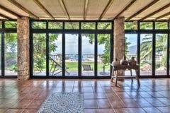 Große Fenster im Landhaus mit schöner Aussicht Lizenzfreies Stockfoto