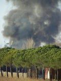 Große Feuerrauchwolke Stockbilder