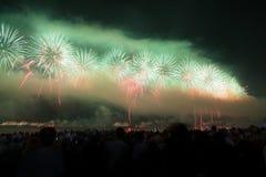 Große Feuerwerke an Copacabana-Strand Stockbild