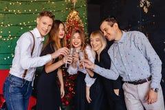 Große Firma feiert ein neues Jahr mit Gläsern Champagner lizenzfreies stockfoto