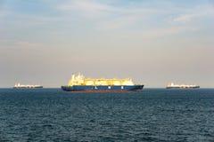 Große Flüssigerdgas LNG-Fördermaschine mit Flottensegel mit 4 LNG-Behältern im Meer stockfotos