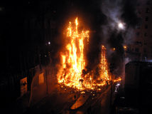 Große Flammen auf dem Quadrat Stockfoto