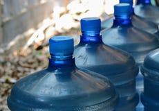 Große Flasche Trinkwasser Stockfotos