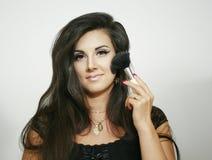 Große flaumige Bürste des sexy schönen Make-upfrauen-Gebrauches, Blicke auf Sie mit hellem Lächeln Lizenzfreies Stockbild