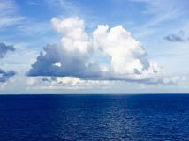 Große flaumige Wolke Lizenzfreies Stockbild